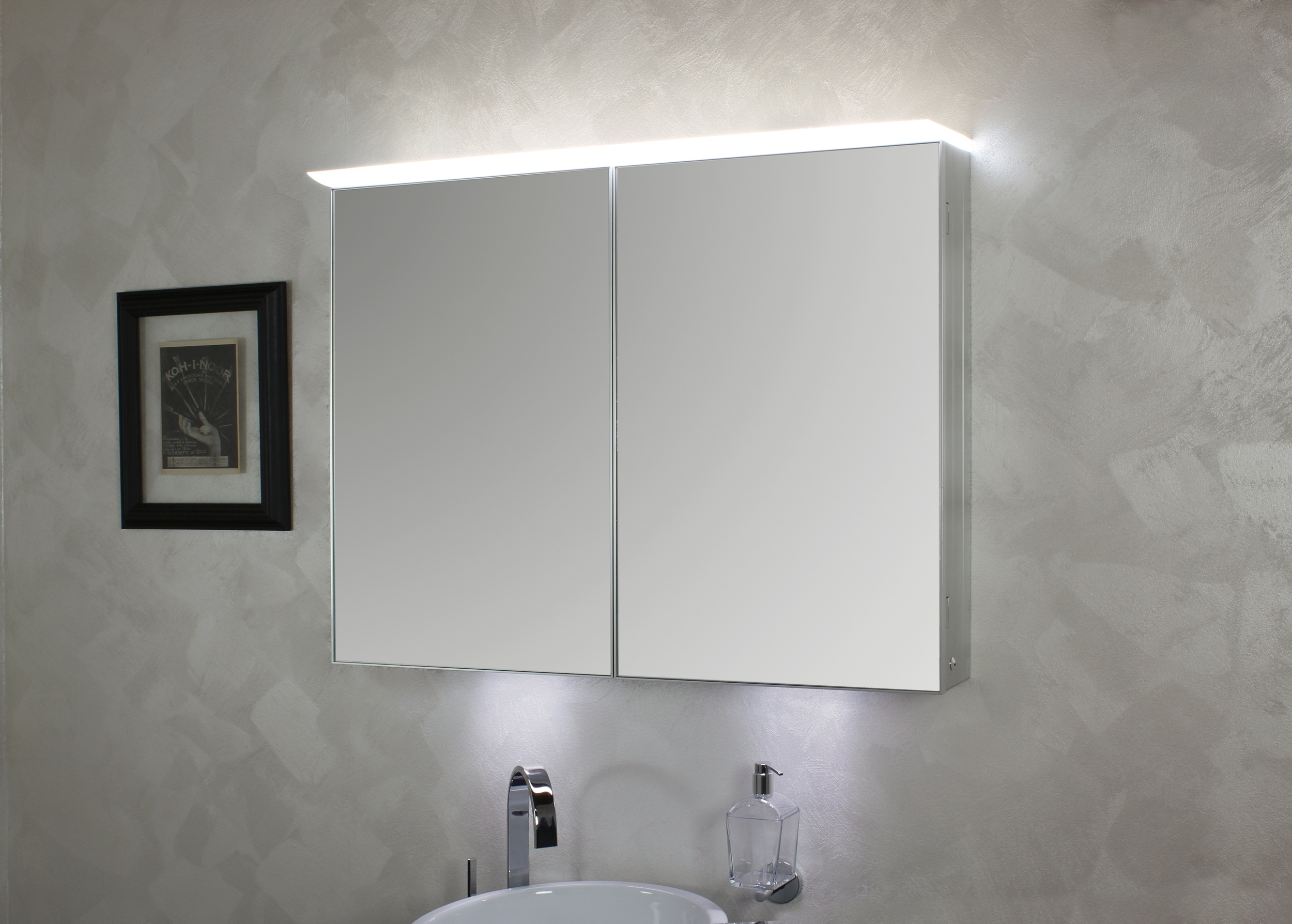 koh i noor top spiegelschrank mit diffuser led beleuchtung 900 x 125 x 700 mm eloxiert 45306. Black Bedroom Furniture Sets. Home Design Ideas